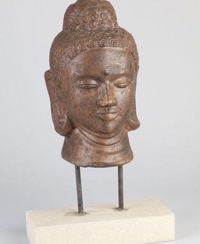 Buddha head on stand Tête de Bouddha en terre cuite de couleur bronze orientale …