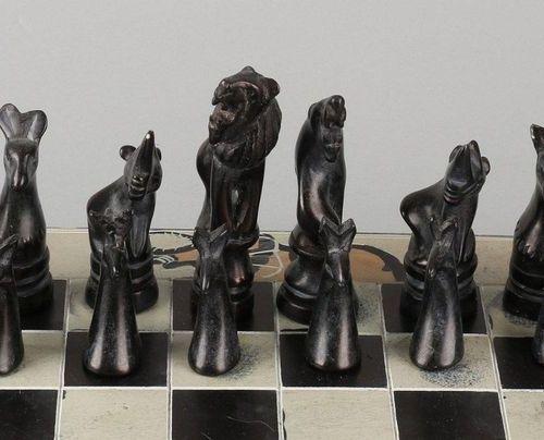 Jeu d'échecs en pierre naturelle avec un échiquier en céramique. Afrique du Sud.…
