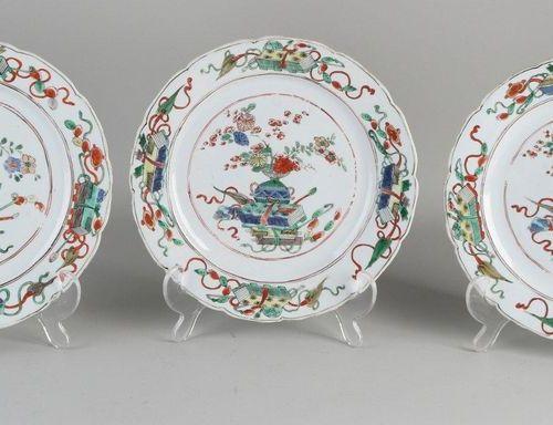 Trois assiettes en porcelaine chinoise du XVIIIe siècle de la famille Rose avec …
