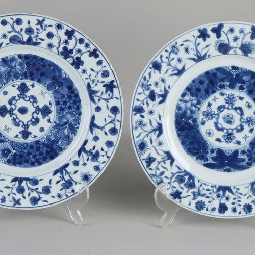 Deux assiettes en porcelaine chinoise du XVIIe XVIIIe siècle à décor floral. Ave…