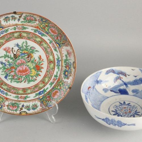 Deux fois de la porcelaine chinoise. Composé de ; bol bleu et blanc, décor flora…