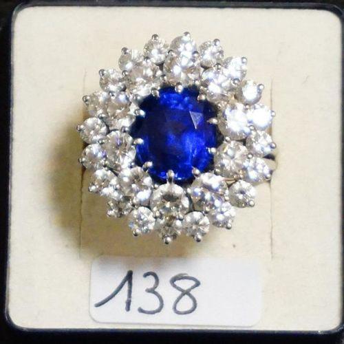 "UITZONDERLIJKE RING ""ENTOURAGE"" IN PLATINA With 1 Ceylon sapphire 6.21 KT and 30…"