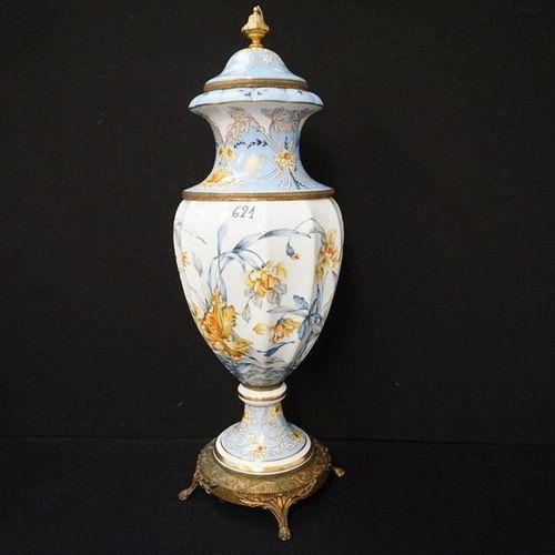 GROTE VAAS IN PORSELEIN MET BRONZEN MONTUREN Floral decor H: 94 cm