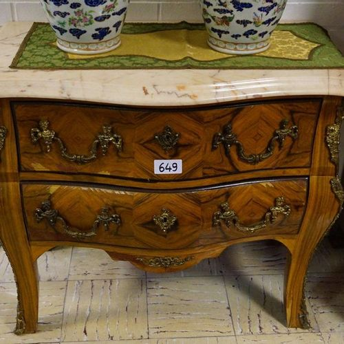 GEBOMBEERDE COMMODE IN FRANSE STIJL Bronze fittings Marble top With 2 drawers