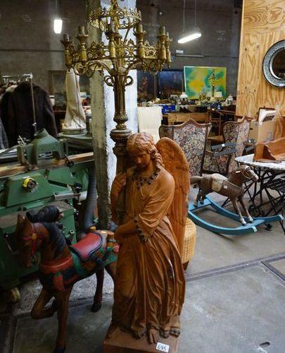 GROTE NEO GOTHIEKE ENGEL IN TERRA COTTA MET VERGULDE KROONKANDELAAR Ca. 1900 H :…
