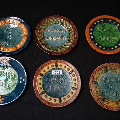 "6 KLEINE BORDEN MET SPREUKEN Flemish pottery ""Labour nobility"", ""Rest rust"" , ""T…"