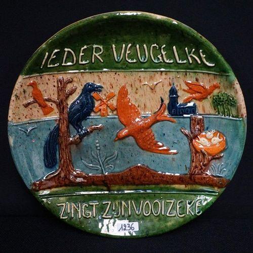 """GROOT BORD MET SPREUK Flemish pottery """"Ieder veugelke sings his vooizeke"""" Diamet…"""