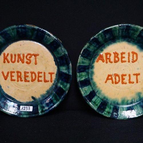 """2 BORDEN MET ZELDZAME SPREUKEN Flemish pottery """"Kunst veredelt"""" and """"Arbeid adel…"""