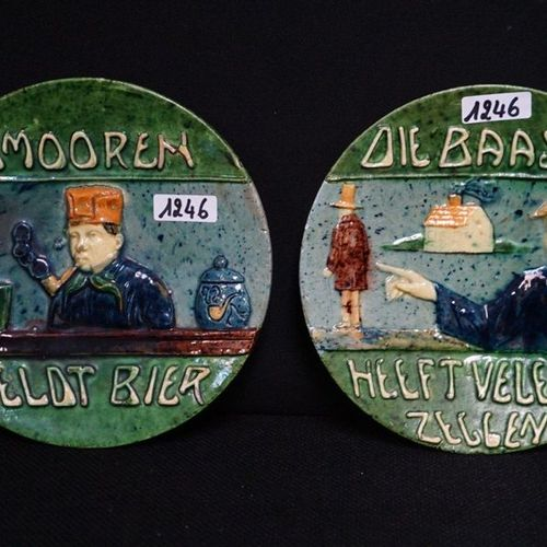 "2 BORDEN MET SPREUKEN Flemish pottery ""Smooren reports beer"" and ""Die boas is ha…"
