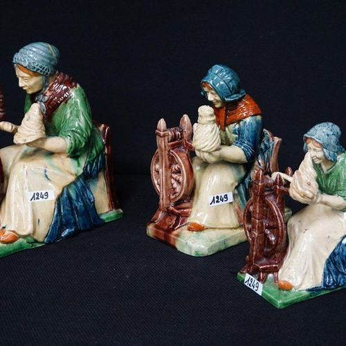 """3 BEELDEN Flemish pottery """"Spinsters"""" H: 17 to 24 cm"""