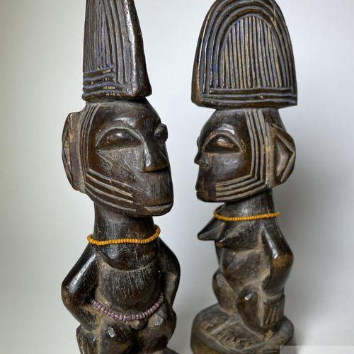 Pair of Ibejis statuette, Ogbomosho type, Yoruba, Nigeria. H 23 cm. Sculpted in …