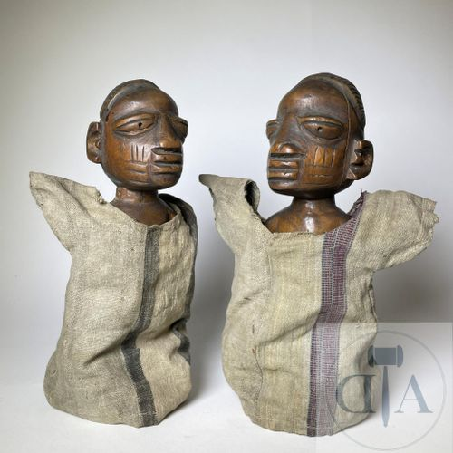 Pair of Ibidji statuette, type Ilorin (in cloak) Yoruba, Nigeria. H 24 cm De pet…