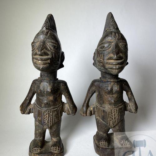 Pair of Ibejis statuette, Abeokuta type, Yoruba, Nigeria. H 24 cm. Set of two tw…
