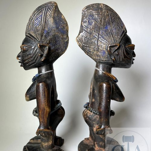 Pair of Ibejis statuette, Abeokuta type, Yoruba, Nigeria. H 26 cm. This set of t…