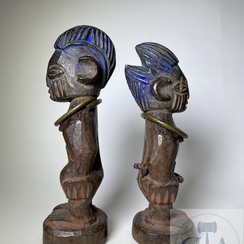 Pair of Ibejis statuette, Ogbomosho type (with coats), Yoruba, Nigeria. H 23 cm …