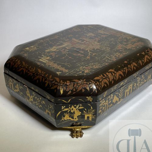 "Complete game box in lacquer ""de Coromandele"" on claw feet with mother of pearl …"