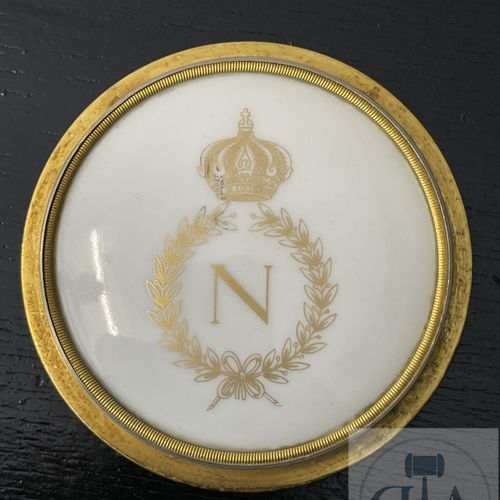 Porcelain medallion with the figure of Napoleon in a gilt bronze frame. Attribut…