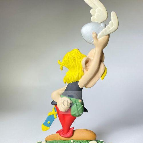 """Uderzo/Astérix. Ref 31501 """"Astérix"""" version demi ronde bosse. Edité à 400 ex ver…"""