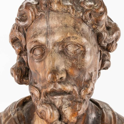 A wood sculptured bust of a holy figurine, 17th/18th century. (16 x 40 x 47 cm)
