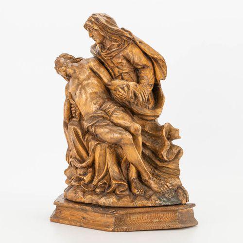 A wood sculptured Pietà, 17th/18th century. (14 x 28 x 36 cm)