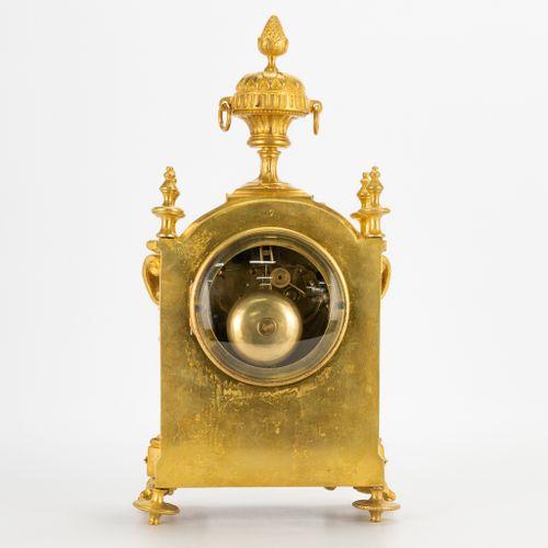 A ormolu gilt table clock made of bronze. 19th century. (10 x 17 x 31 cm)