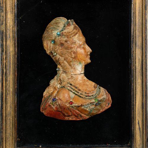 Buste de la Reine Marie Antoinette en cire peinte et strass. La reine est représ…