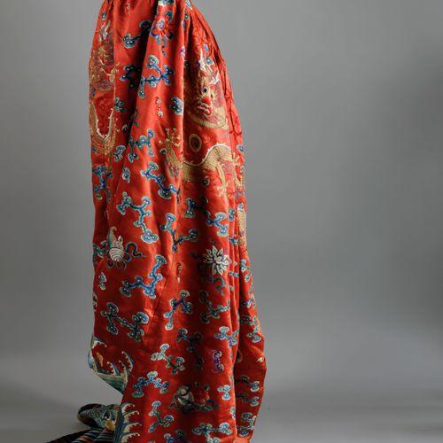 """""""CHINE, dynastie Qing , XIXème siècle. Manteau de cavalier jifu en soie brodée e…"""