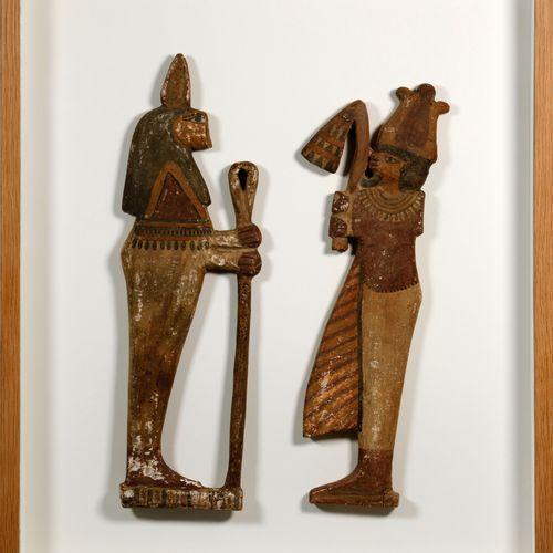 Deux appliques sculptées polychromes de grande taille représentant Osiris, tenan…