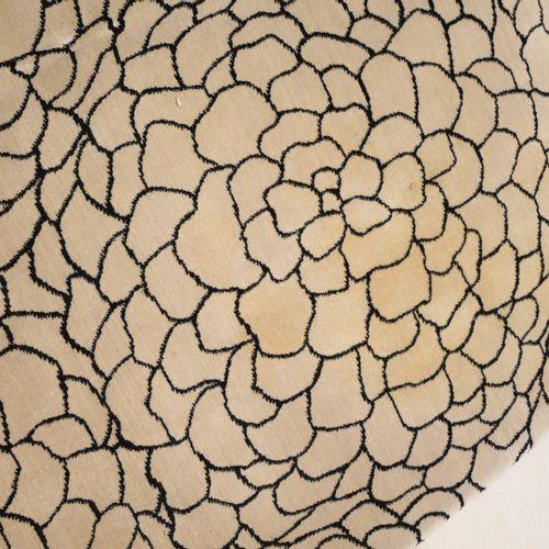 CALVIN KLEIN HOME. Grand tapis à décor d'écailles noires sur fond beige. 200x256…