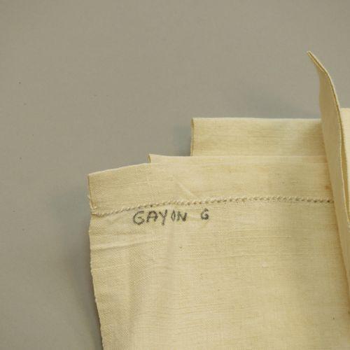 Drap de lin brodé d'une frise avec lys et monogramme « CG ». Larg : 100cm.