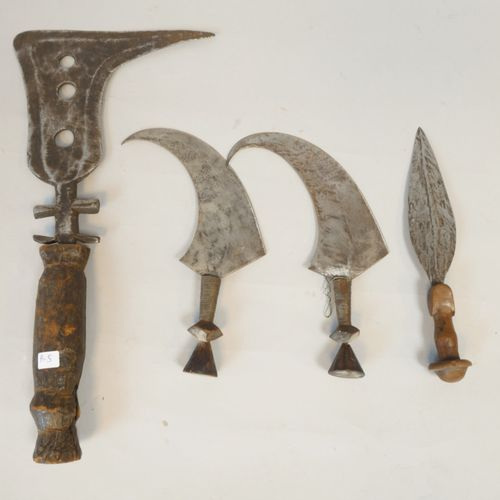 Ensemble de trois couteaux type faucilles montées sur bois 39, 22 et 22 cm. On y…