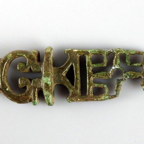 Rare modèle de clé à platine avec un décor central en forme de croix  Bronze 7.4…