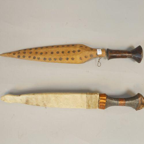Ensemble de deux poignards. L'un monté bois dans son fourreau bois, 42 cm. Le se…