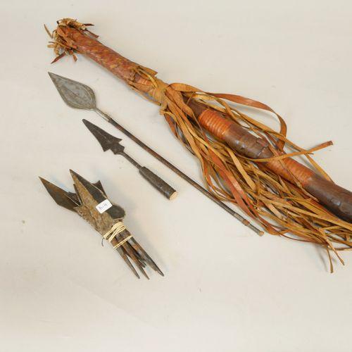 Ensemble comprenant un carquois en cuir décoré de lanières, il est garni de 4 fl…