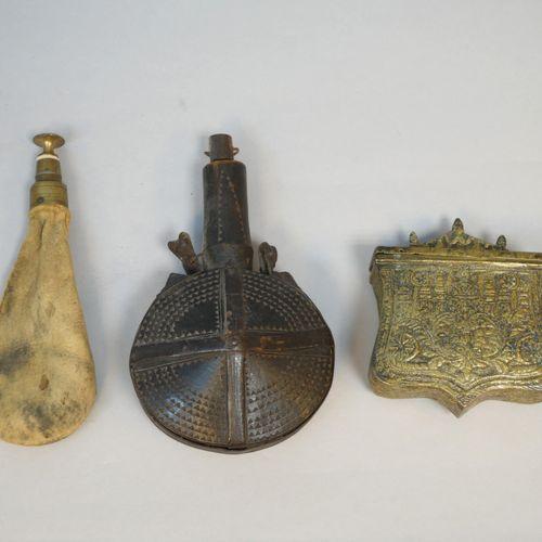 Ensemble divers comprenant  Une poire à poudre ronde en bois ciselée, Afrique du…