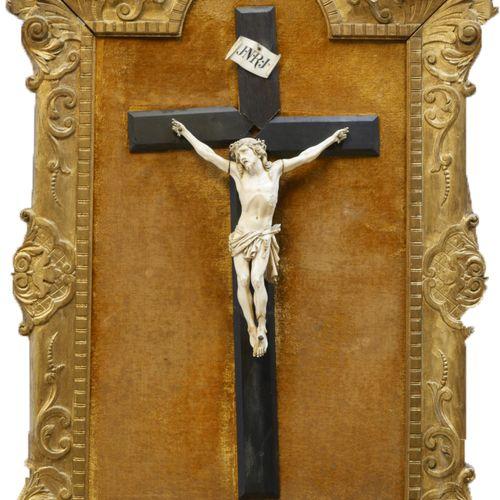 Christ en ivoire et phylactère en ivoire gravé « JNRJ » sur croix en bois noirci…