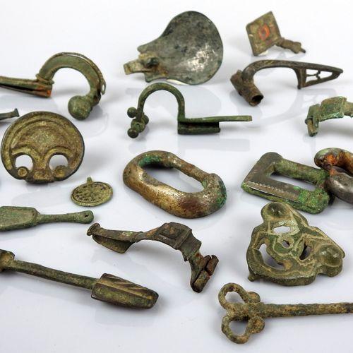 Important lot d'objets archéologiques en bronze comprenant une cuillère, des fib…