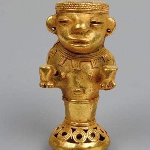 Prêtresse tenant deux vases de procession dans les mains, la taille nue sur un s…