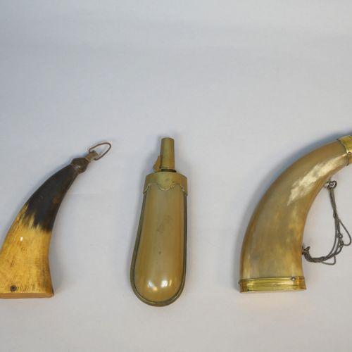 Ensemble de trois poires à poudre.    En corne et laiton.  Europe, Époque Fin XI…