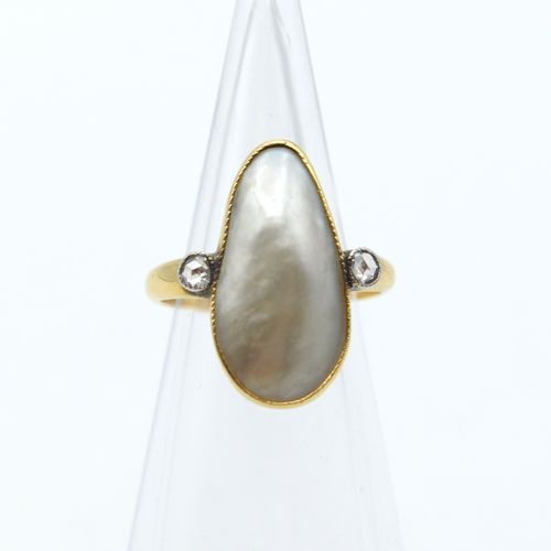 Bague en or jaune et blanc 18 ct sertie de 2 roses de diamant et 1 perle mabé 4.…