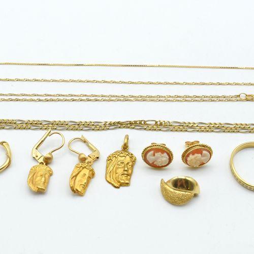 Bague, 3 colliers, 5 pendentifs, bracelet et 6 boucles d'oreilles en or jaune 18…