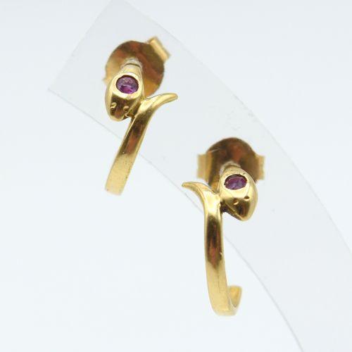 2 boucles d'oreilles en or jaune 18 ct serties de 2 rubis 1.8 g \nBeschrijving i…