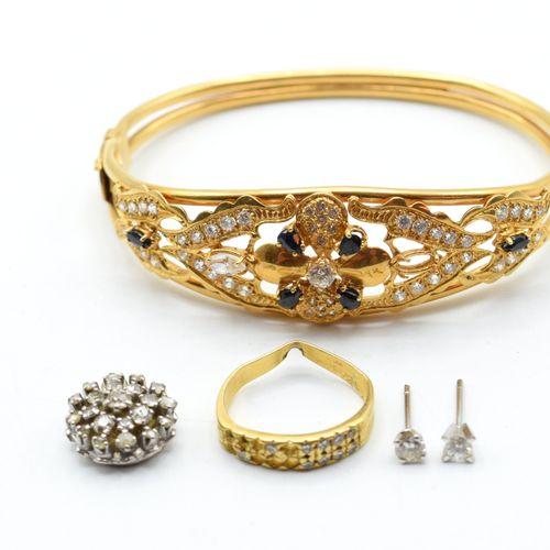 Bracelet rigide en or jaune 18 ct (pierres fausses, pierres de couleur, bosselé)…