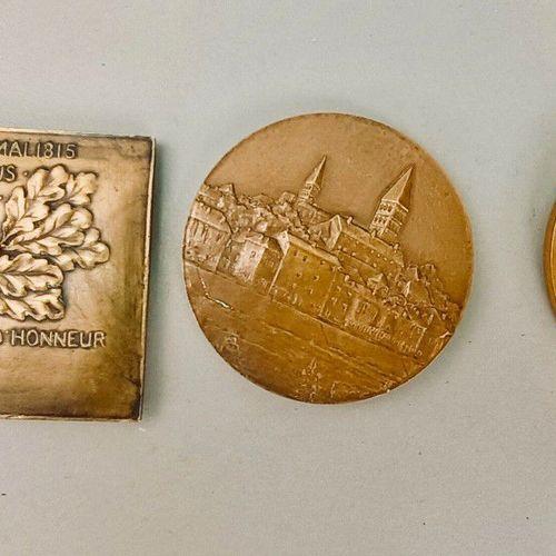 TOURNUS. Ensemble de 3 médailles commémoratives sur bronze. PAR DECRET du 22 Mai…