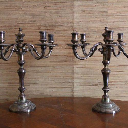 CHRISTOFLE Paire de candélabres à cinq lumières en métal argenté H : 36 cm