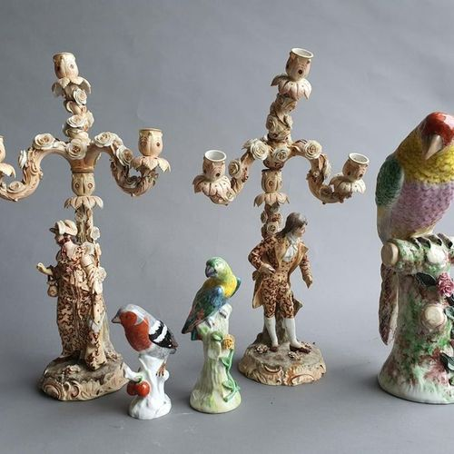 Paire de candélabres en porcelaine polychrome à décor d'un couple galant (accide…