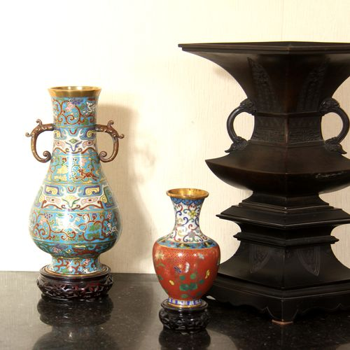 Lot :   Pair of cloisonné metal vases with handles, 19th century China, H: 29.5 …
