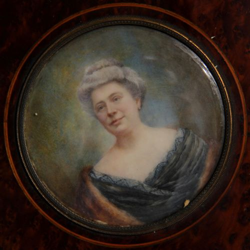 Ecole moderne  Portrait d'une dame agée  Miniature ronde  D : 9,5 cm.
