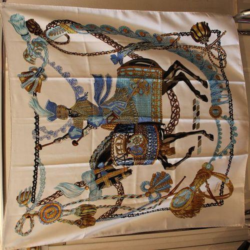 *HERMES Paris Carré en soie à décor d'un tambour à cheval sur fond blanc