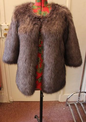 Veste en fausse fourrure grise, intérieur en satin gris